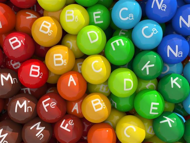 İdrarla atılan vitaminler daha çabuk tükeniyor  Vitamin eksikliği vitamine göre değişkenlik gösterir. A,D,E,K vitaminleri yağda çözülmez. Yani bu vitaminler emilim sırasında diyet yoluyla alınan yağları kullanrlar ve karaciğer ile yağ dokusunda önemli miktarlarda depolanırlar. Bu nedenle bu vitaminlerin eksikliklerine çok sık rastlanmaz ve eksikliğinde meydana gelen hastalıklar kendini çok geç gösterebilir. Ancak B ve C vitaminleri suda çözünen ve fazlası idrar ile vücuttan dışarı atılan vitaminlerdir. Bu da eksikliklerinin çok daha çabuk ortaya çıkmasına neden olur.