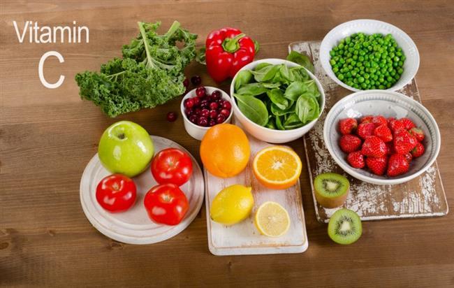 C VİTAMİNİ  Eksikliğinin belirtileri: Eksikliğinde diş eti kanamaları, eklemlerde şişme, anemi, demir emiliminin azalması gibi şikayetler görülüyor.  Kaynakları: Turunçgiller, kuşburnu, kivi, çilek, brokoli, kırmızı ve yeşilbiber, kavun, yeşil yapraklı sebzeler, domates, karnabahar ve patates C vitamini açısından en zengin besinler arasında. Kışın günlük tüketilmesi gereken 2-3 adet meyveyi C vitamini yüksek olan portakal, mandalina gibi turunçgillerden tercih etmek özellikle bağışıklık sisteminin güçlenmesine yardımcı oluyor.
