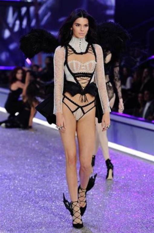 21 yaşındaki Jenner, ilk kez geçen yıl Victoria's Secret defilesinde podyuma çıkmıştı.