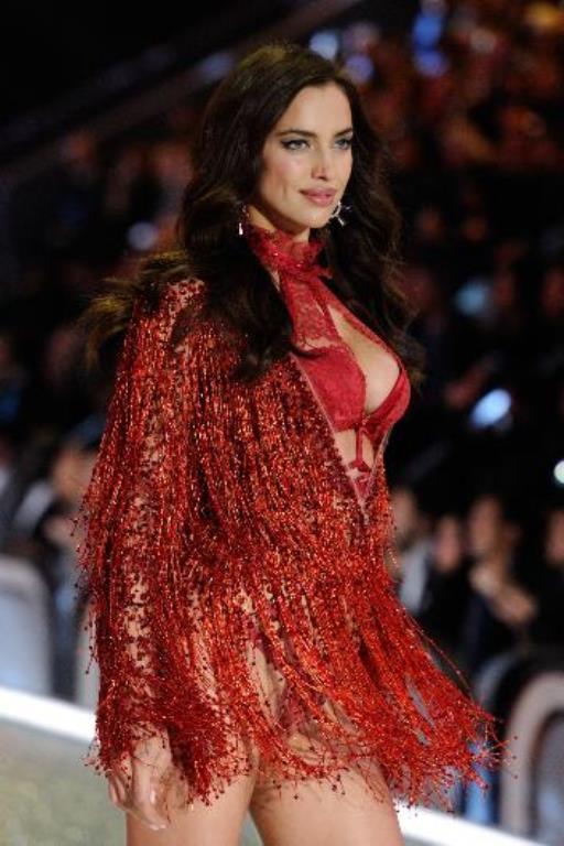 Başarılı bir kariyer sürdüren Shayk, ilk kez bir Victoria's Secret defilesinde yer aldı.