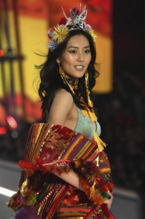 Victoria's Secret defilesine ilk kez 2012 yılında çıktı. Wenn ilk Asyalı melek unvanını da taşıyor.  Kaynak:Hürriyet