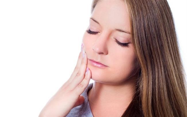 """Diş çürükleri gerek dünyada gerekse ülkemizde en sık rastlanan kronik hastalıklar arasında yer alıyor. Dünya Sağlık Örgütü'nün verilerine göre, ağız ve diş bakımında dünya genelinde karneler zayıf. Öyle ki diş çürüklerine rastlanma oranı okul çağındaki çocuklarda yüzde 90'ları bulurken, erişkinlerde yüzde 100'e ulaşıyor! Acıbadem Fulya Hastanesi'nden Diş Hekimi Dr. Hatice Ağan, ağız içi kaynaklı enfeksiyonların vücudun bağışıklık sistemini zayıflatabildiğini belirterek """"Ağız ve diş sağlığının genel vücut sağlığı ile bir bütün olarak değerlendirilmesi ve kötü bir ağızın genel sağlığı negatif yönde etkilediğinin bilinmesi birçok hastalığın önlenmesini de sağlayacaktır"""" diyor.   Toplumumuzda ağız ve diş sağlığına yönelik birçok yanlış inanış olduğuna dikkat çeken Diş Hekimi Dr. Hatice Ağan önemli uyarılar ve önerilerde bulundu."""