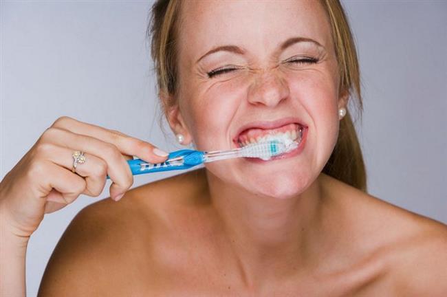 • Sert Fırça Ve Sert Fırçalama Daha İyi Temizler!   Yanlış Sert fırçaların daha iyi temizleyeceği yaygın bir inanış. Oysa çok sert fırçalar dişleri aşındırabilir. Bu nedenle genellikle orta sertlikte ya da yumuşak diş fırçaları kullanılmalı. Çok yumuşak fırçalar da dişleri yeterince temizleyemeyeceğinden dolayı tercih edilmemeli. Dişleri sert fırçalamak, dişleri temizlemek yerine, 'fırça çürüğü' dediğimiz aşınmalara neden olur. Dişlerin mine tabakası aşındığı için, alttaki daha koyu renkteki dentin tabakası ortaya çıkar ve dişler daha sarı görünür. Ayrıca sert fırçalamak, dişlerde hassasiyete ve diş eti çekilmesine neden olur.