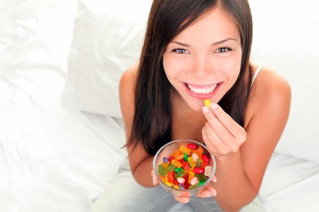 """• """"Küçük Bir Şekerin Dişe Ne Zararı Olacak!""""   Yanlış Ağızdaki bakteriler şeker benzeri rafine karbonhidratlarla beslenir ve asit üretirler. Şeker değil oluşan asit diş minesini yumuşatarak çürütmeye başlar. Ne kadar uzun süre mineyle temas ederse o kadar fazla çürük riski artar. Örneğin bir küçük lolipopu dakikalarca ağzında tutan çocuğun dişleri, uzun süre dişler şeker asidine maruz kaldığından çürümeye fazlasıyla yatkındır.  Ağzında lokma tutan çocuklar ile gece biberonla şekerli süt içen çocuklarda da çürük riski yüksektir. Hatta asitli bir içeceği yudum yudum ağızda bekleterek içmek diş sağlığı açısından bir kerede içip bitirmekten daha zararlıdır. Şeker tüketiminin ardından ağız su ile çalkalanmalı ya da dişler fırçalanmalıdır."""