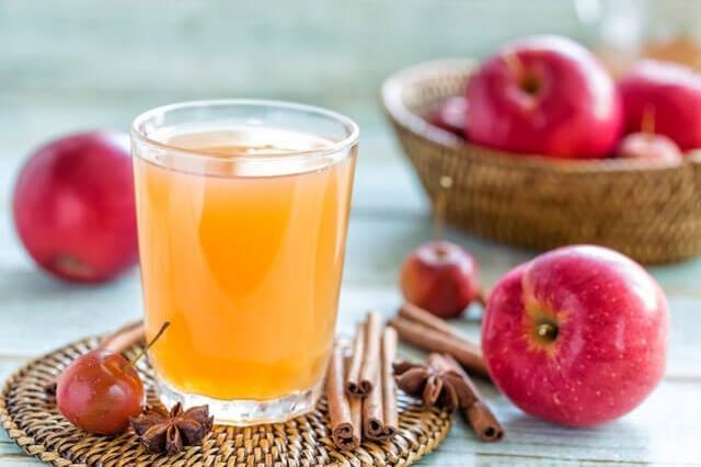 Detoks Yapmaya Yardım Eder  Vücudun pH'ını dengelemeye yardım eden elma sirkesi, vücudun baştan aşağı zehirden arınmasını sağlar. Araştırmalar, kardiyovasküler dolaşımı uyarmaya yardım ettiğini ve laraciğerin toksinlerden arınmasını sağladığını gösteriyor.