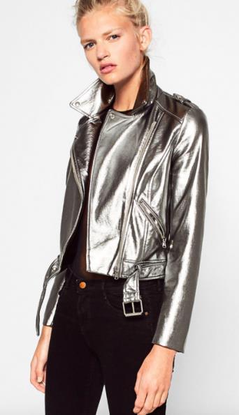 Metalik ceketler siyah pantolonların vazgeçilmez bir parçası.   Topuklu Bot Nasıl Giyilir?