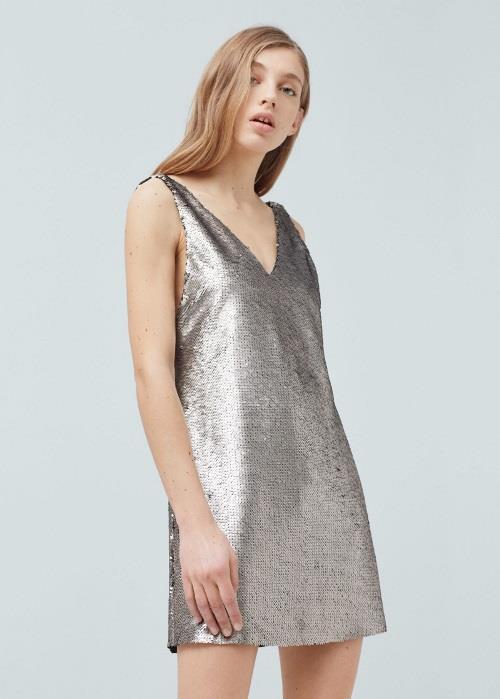 Metalik elbiseler biraz cesaret isteyebilir ama doğal renklerle beraber kullanılırsa. Basit bir elbise modeline yönelip sadece rengin ön plana çıkmasını da sağlayabilirsiniz.