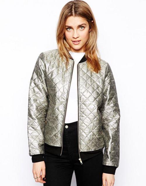 Metalik bomber ceketiniz hala dolabınızda bekliyorsa, jean ve loafer'larınızla kombin edebilirsiniz.