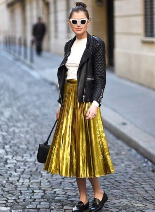 Metalik bir etek çok iddialı gibi görünsede, üzerine giyeceğiniz basic bir tişört ya da sweat-shirt ile görüntüyü sakinleştirebilirsiniz. Çanta ve ayakkabı tercihiniz de gideceğiniz ortama göre daha şık ya da daha sade bir seçimden yana olabilir. Bu bu tarz bir etekle daha şık ve gösterişli bir bluz giyerseniz, stiletto veya topuklu sandalet tercihi de yapabilirsiniz.
