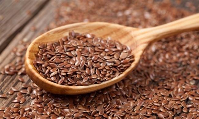 Keten Tohumu:  Keten tohumu 3 önemli besin öğesinden zengindir; omega-3 yağ asidi, posa ve lignan. Lignanlar hastalıklara karşı koruyucu özelliği olan yararlı bileşiklerdir. Yapılan araştırmalara göre günde tüketilen 40g. toz keten tohumu menopoz sıkıntılarının azaltılmasında , iyi kolesterol seviyesinin yükselmesinde yine bayanlarda sıkça görülen kabızlığın giderilmesinde ve meme kanserini önlemede faydalı olmaktadır. Günde 1-2 yemek kaşığı toz keten tohumu tüketilmesi yeterlidir. Sebze yemeklerine, salataya, çorbaya ilave ederek daha rahat yemek mümkün.