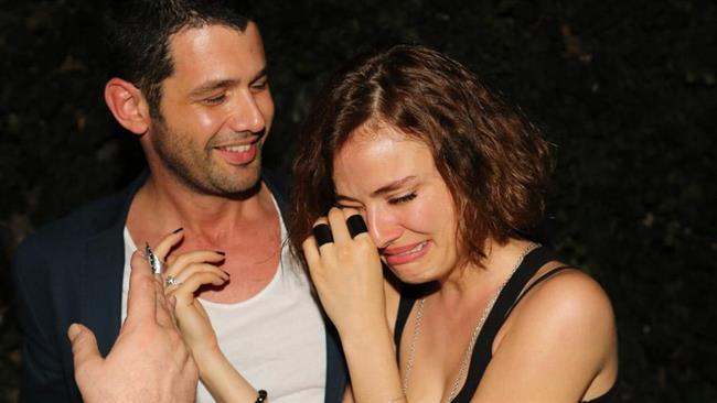 Evlilikleri Yürümüyor   Onlar sinema, müzik ve ekranın en yakışıklı, en gözde erkek yıldızları. Milyonlarca hayranları var ve öyle ya da böyle hepsi bu hayranlarının hayallerini süslüyor. Ama nedense onlar özel hayatlarında bir türlü aradıkları mutluluğu bulamıyorlar. Öyle ki körkütük aşık olarak başladıkları evlilikleri bile çok kısa zamanda sona eriyor.  İşte büyük bir umutla başladıkları evlilikleri kısa sürede hüsrana dönüşen o ünlü yakışıklılar.   Kaynak:Hürriyet