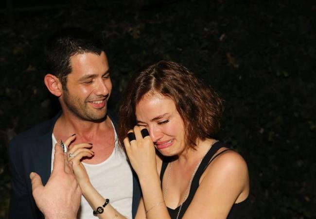 Keremcem ve Seda Güven, geçen yıl nişanlanmış ve evlilik yolunda ilk adımı atmıştı. Hatta Güven, nişan yüzüğü parmağına takılırken mutluluktan gözyaşlarına boğulmuştu.