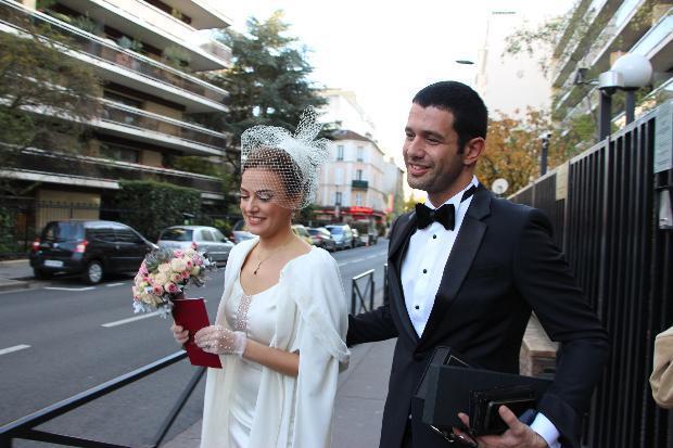 Çift, Paris'te nikah defterine imza attı. Ama daha üzerinden bir yıl bile geçmemişti ki, kötü haber geldi. Keremcem ve Seda Güven, bir yıl süren evliliklerini bitirdi. Galeriyi Paylaş
