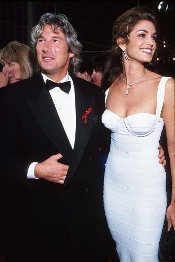 Takvimler 1990'lı yılları gösterirken dönemin en gözde erkeklerinden biriydi Richard Gere. O dönem 42 yaşındaydı. Mesleğinin en parlak günlerini yaşayan Cindy Crawford da henüz 25 yaşındaydı.