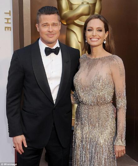 """Gelelim Brad Pitt ile Angelina Jolie'ye... Onların durumu dışarıdan bakanların gözünde biraz değişik. Pitt, Angelina Jolie'yle birlikte olabilmek için karısı Jennifer Aniston'dan boşanmıştı. O günlerde Pitt, """"terk eden"""", """"bırakıp giden"""" taraftı."""