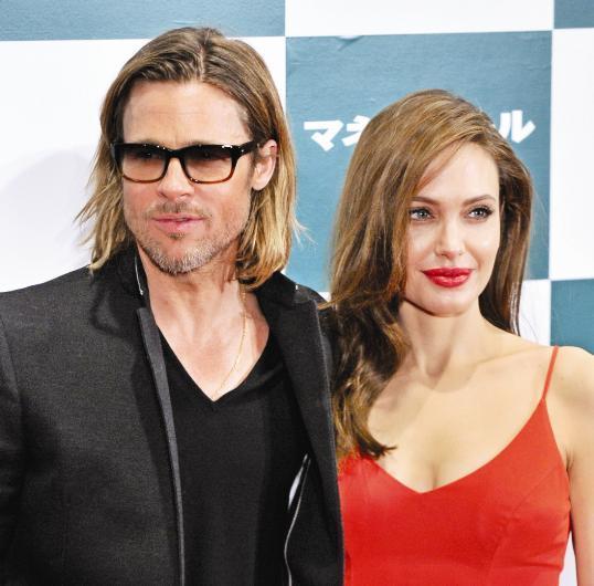 """Ancak yıllar sonra Pitt bu kez """"terk edilen, vazgeçilen"""" taraf oldu. Angelina Jolie, ünlü aktör hakkında boşanma davası açtı. Hatta çocuklarına şiddet uyguladığını ileri sürerek aktörü biraz daha üzdü. Bu kez Pitt de aşkta ve evlilikte şanssız ünlüler arasında yer aldı.   Kaynak:Hürriyet"""