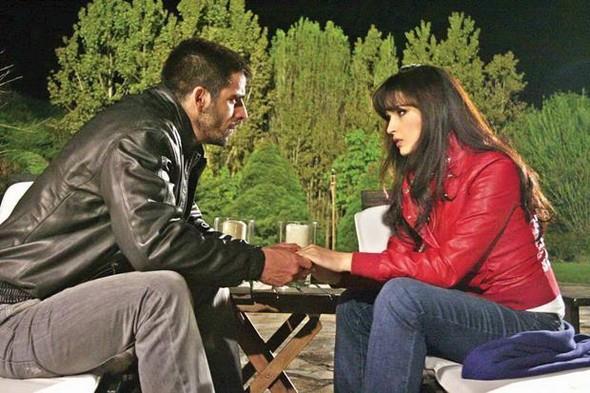 Ekranın beğeniyle izlenen dizilerinden Adanalı'dan Selin Demiratar'ın ayrılması da çok konuşulmuştu.  Demiratar kendi isteğiyle diziden ayrılacağını açıkladı. Ancak dizinin yapımcıları durumun böyle olmadığını Demiratar'ın tuhaf istekleri yüzünden kadrodan çıkarıldığını söyledi.  Dizideki rol arkadaşı Mehmet Akif Alakurt ile aşk yaşayan Selin Demiratar'ın ayrılığı ile ilgili iddialar şöyleydi: