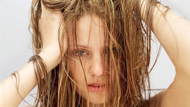 Uzun saçların bakımı oldukça zor olduğu için yağlanmayıda beraberinde getiriyor.Yağlanma karşıtı bakım ürünleriyle buna engel olabilirsiniz.