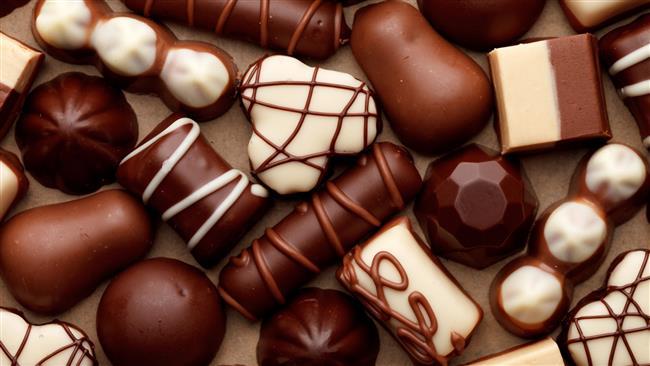 """Çikolata  Buzdolabına koyulan çikolatanın belli süre sonrasında üzerinde beyazlaşma meydana gelebilir.  <a href= http://mahmure.hurriyet.com.tr/foto/yasam/son-kullanma-tarihini-bilmediginiz-esyalar_41427 style=""""color:red; font:bold 11pt arial; text-decoration:none;""""  target=""""_blank""""> Son Kullanma Tarihini Bilmediğiniz Eşyalar"""