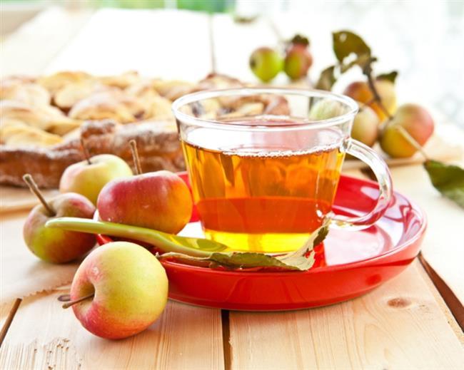 Elma Çayı   Malzemeler; 1 adet elma 2-3 karanfil 2-3 tohum karabiber 1 adet tarçın Limon  Tarifi:  Elmayı kabukları ile kaynayan suyun içerisine dilimleyin. Bir tülbent içerisinde karanfil, karabiber ve tarçını kaynayan suya atın. Elmaların kararmaması için içerisine limon sıkın. İyice kaynadıktan ve renk aldıktan sonra ocaktan alın. Biraz ılındıktan sonra içerisine limon ve isteğe bağlı az miktarda bal ilave edebilirsiniz. Düşük kalorili vitamin deposu bu çayı istediğiniz miktarda şekersiz bir şekilde tüketebilirsiniz.