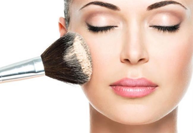 Cildi Pudralamak  Kuru gözüken cildinize pudra sürerek parlamayı ve kuruluğu önlemede cildinize yardımcı olun.