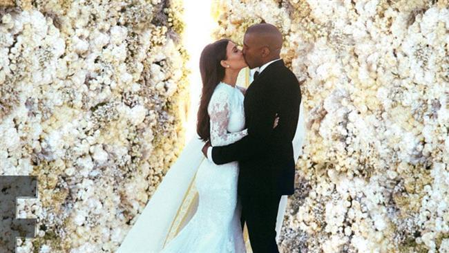 2016 bir ünlü çifte daha ayrılık mı getiriyor?  İki yıl önce göserişli bir şekilde evlenen Kim Kardashian ile Kanye West'in 'yolun sonuna' geldiği ileri sürüldü. ABD ve İngiliz basınında yer alan iddialara göre Kardashian, kocasından boşanmak istediğini söyledi. Bugüne kadar haklarında birçok kez boşanma dedikodusu çıkan Kardashian ve West çifti için durum bu kez gerçekten ciddi görünüyor.  Fotoğraflar: FameFly.Net   Kaynak:Hürriyet