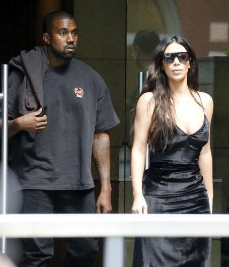 US Weekly'nin aileye yakın kaynaklara dayandırarak verdiği habere göre Kardashian evliliğinde mutsuz olduğunu ve boşanmak istediğini söyledi. Fakat West bir süre önce hastaneye kaldırıldığı için doğru zamanı bekliyor. Derginin iddiasına göre Kardashian iki çocukları North ve Saint'in velayetini de almak istiyor.
