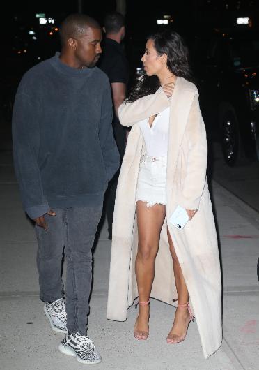 36 yaşındaki Kim Kardashian ilk evliliğini 2000 yılında Damon Thomas ile yaptı. Bu evlilik 2004 yılında bitti. Kardashian daha sonra 2011 yılında Kris Humphries ile sadece 72 gün süren bir evlilik yaptı. Çiftin sorunlu boşanma süreci 2013 yılında tamamlandı. Kardashian ile 39 yaşındaki Kanye West, 2014 yılında evlendi. Bu, West'in ilk evliliğiydi.