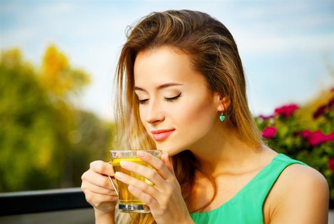 Yeşil çay içmeye başlayın  Yeşil çay fark etmeden kalori kaybetmenizi sağlayacağı için iyi bir strateji olabilir.