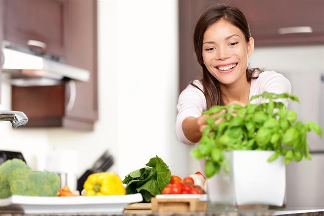 Evde yemek yemeyi tercih edin.  Haftanın en az beş günü evde yemek yerseniz daha kolay kalori kaybedebilirsiniz.