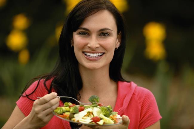 """Yemekleri Yavaş Yavaş Çiğneyin  Tokluk hissinin beyin tarafından algılanması 15 dakikadan daha fazla sürüyor ve bu nedenle yemekleri daha kısa sürede yemek tok olduğunuzu farketmeden çok fazla besin tüketmek anlamına gelebiliyor.  Bu şekilde gereksiz yiyecek tüketiminin önüne geçebilirsiniz.  <a href= http://mahmure.hurriyet.com.tr/foto/diyet-fitness/21-gunde-gobek-eriten-diyet_41099 style=""""color:red; font:bold 11pt arial; text-decoration:none;""""  target=""""_blank""""> 21 Günde Göbek Eriten Diyet!"""