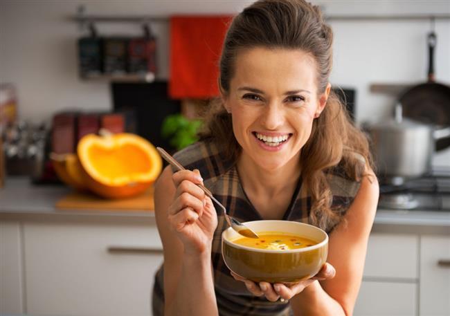 Öğünlerde çorba tüketmeye dikkat edin  Menünüzde yağ ve kalori oranı yüksek olan kremalı çorbalar vb. hariç mutlaka çorba olduğundan emin olun. Böylece daha az kalori alırsınız. Çorbayla başlayan bir yemekte doygunluk hissi daha hızlı oluşacağından iştahınız azalır. Çorbanın ardından sebze ağırlıklı bir yemeği tercih edin.
