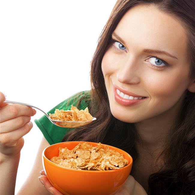 Tahılları daha fazla tüketin.  Kahverengi pirinç, arpa, yulaf, buğday ve tam buğday gibi kepekli tahıllar da fark etmeden kilo vermenize yardımcı olur. Daha düşük kalori alırken kolesterolünüzü de sağlıklı düzeyde tutabilirsiniz.