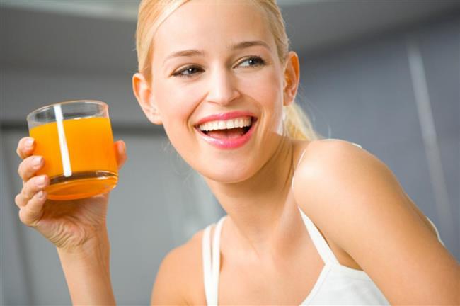 Uzun bardaklar yerine kısa ve geniş bardaklar kullanın  Meyve suyu, soda gibi tüketeceğiniz sıvıları kısa ve geniş bardaklara koyarak tükettiğinizde %25-30 oranında daha az kalori alırsınız.