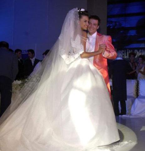 Yüksel Ak ve Şenol İpek podyumda gerçekleştirilen düğünle 2002 yılında evlendi.