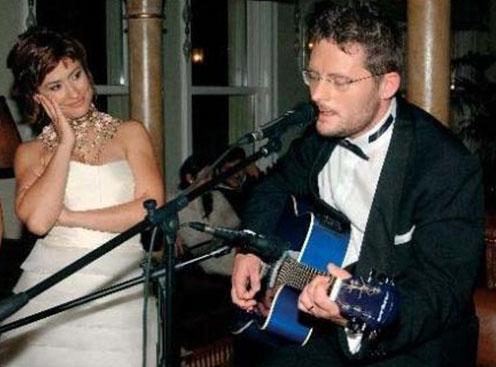 İkili 1 buçuk yıllık birlikteliğin ardından görkemli bir törenle evlendi.