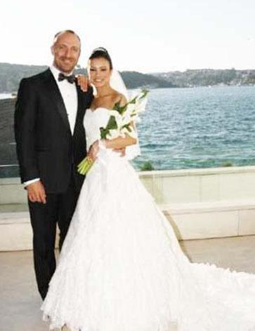 Binbir Gece dizisinin oyuncularından Halit Ergenç, İlk Aşk filminin çekimleri sırasında hayatının aşkını da bulduğunu düşünmüştü.