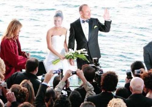 İkili deniz kenarında romantik bir törenle evlendi.