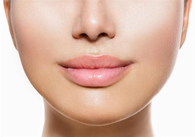 Dudakların rengini açmak için  ne yapmalı?  Dudak renginin koyulaşması estetik açıdan bir sorun olarak görülür. Bu nedenle dudaklar koyulaştığında bu koyuluğu gidermek için bazı çözümler uygulanır. Genellikle kozmetik çözümler uygulanmaktadır. Fakat bu çözümler hem kalıcı değildir hem de cilde uzun vadede zarar verebilir. Bu çözümler yerine bitkisel uygulamaların denenmesi önerilir.
