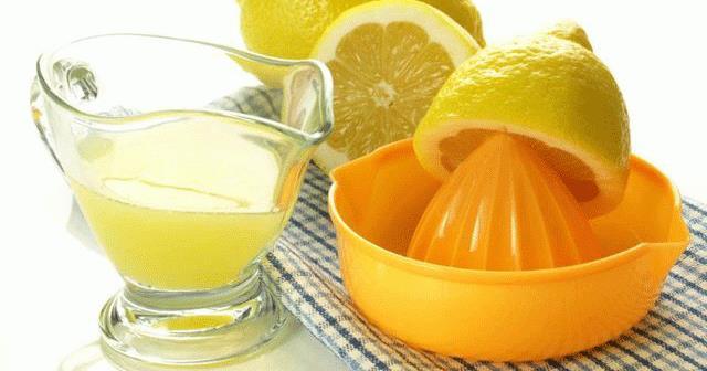 Dudaklara limon sürmek  Limon da asidik içeriği ile beyazlatma özelliği gösterir. Diz ve dirsek kararmasının yanı sıra dudak kararmasında da kullanılır.  Koyulaşmış dudaklar için basit ama güçlü bir ilaçtır. Limon suyu her gece yatmadan önce dudaklara uygulanabilir. İki ay kadar düzenli kullanıldığında etkili sonuçlar alınacaktır.
