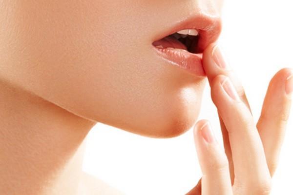 Dudaklara zeytinyağı sürmek  Zeytinyağı da dudakların renginin açılması için kullanılan etkili çözümler arasındadır. Cildi canlandırır ve cilt sağlığını korur.  Sızma zeytinyağı dudaklara doğrudan uygulanabilir. Hafifçe masaj yapılması önerilir.