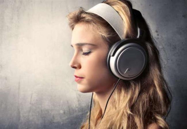 """Müzik Dinleyin:  Gevşeme becerileri uygulayın. Gevşeme becerilerini öğrenme ve stresi azaltma öfkenizi kontrol etmeye yardımcı olacaktır. Derin nefes alma, bir gevşeme sahnesini gözünüzde canlandırma ya da sakinleştirici bir sözü tekrar etmeyi deneyebilirsiniz. Diğer öfkeyi hafifletme yolları ise müzik dinlemek, bir gazetede yazı yazmak ya da yoga yapmaktır.  <a href=  http://mahmure.hurriyet.com.tr/foto/saglik/stresi-yenmenin-yollari_34038/  style=""""color:red; font:bold 11pt arial; text-decoration:none;""""  target=""""_blank"""">  Stresi Yenmenin Yolları!"""
