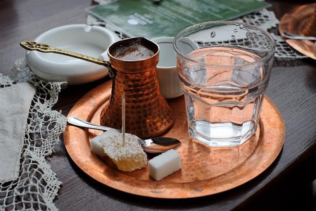 Türk kahvesi genellikle su ile birlikte ikram edilir.