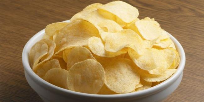 PATATES CİPSİ  :  Yüksek oranda tuz ve yağ içerdiği için sağlığa çok zararlı olan cips, 'zevk merkezi' hipotalamusu uyararak kişide gitgide daha fazla yeme isteği uyandırır. İlla cips yemek istiyorsanız, aşırı yağlı patates cipsi yerine az tuzlu sebze ya da meyve cipslerini deneyin.