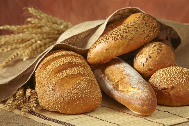 """BEYAZ EKMEK :  """"Her şeye tamam da ekmek yemekten vazgeçemiyorum"""" diyenlerden misiniz? Araştırmalara göre beyaz ekmek gibi yüksek glisemik indeksli karbonhidratlar bağımlılık yarattığı için düşük glisemik endeksli karbonhidrat tüketen insanlar, diğerlerine göre daha az yemek yemeye ihtiyaç duyuyorlar. Tam tahıllı gıdalarda, fasulyede ve çoğu meyvede bulunan glikoz, kana daha yavaş karıştığı için kan şekerini düzenlemeye yardımcı olurken, ekmeğin verdiği tokluk hissini sağlıklı yoldan yaşamanızı sağlıyor."""