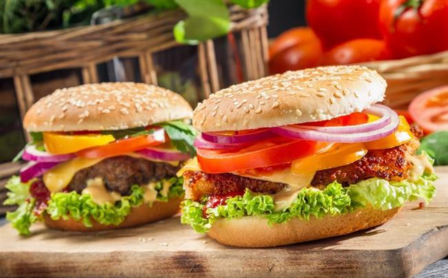 HAMBURGER:  Yumuşacık ekmeğinin arasında, sıcacık köftesi, marulu, domatesi ve sosları ile yediğimiz her sefer bizi kendimizden geçirir. Hele evde değil de fast food zincirinde yiyorsak sürekli bir daha yemek isteriz. Bunun nedeni de Hamburgerin de bağımlılık yapan yiyecekler listesinde olması.