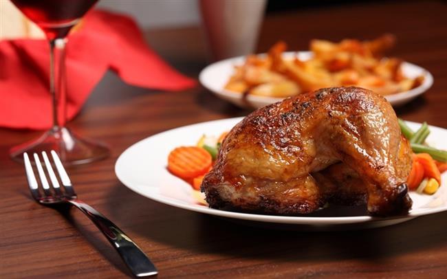 KIZARMIŞ TAVUK:  Yumurta gibi tavuk da masum sandığımız ama bağımlılık yapan gıdalar içinde. Hele bir de kızarmış ve dışında çıtır kaplama varsa. Sadece bununla da kalmıyor, fast food zincirlerinin bu tavukları yaparken