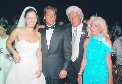 """Aijo Hotel`deki nikah töreninde babasının esprilerini sıralayan Murat Cüreklibatur davetlileri kahkahaya boğdu. Raimondo-Mukkades Cagnino çiftinin kızı Deniz ile evlenen Murat, """"Deniz hanımı eş olarak kabul ediyor musunuz?"""" sorusuna bir dönem filmlerinde babasını konuşan seslendirme sanatçının vurgusuyla """"Nevet Ediyorum"""" diyerek cevap verdi."""