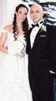 Türk pop müziğinin ünlülerinden Erol Evgin önce kızı Elvan'ı sonra da oğlu Murat'ı evlendirdi.