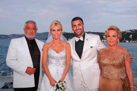 Ünlü müzisyen Fedon da oğlu Theo Kalyoncu'nun düğününde hem hüzünlendi hem sevindi.